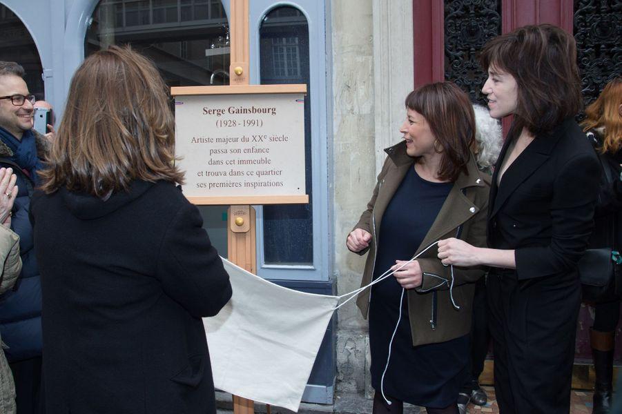 Jane Birkin, Delphine Bürkli (la maire du 9ème) et Charlotte Gainsbourg à la cérémonie d'inauguration de la plaque commémorative en l'honneur...