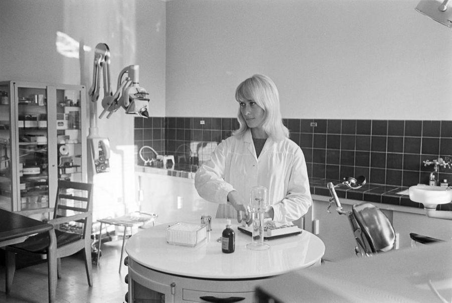 « Aline, vingt-deux ans, assistante-stomatologue. » -Paris Match n°861, 9 octobre 1965