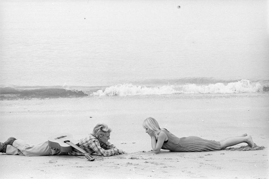 « Laplage de leur rencontre ; notre photographe les a emmenés à Juan-les-Pins. » -Paris Match n°861, 9 octobre 1965