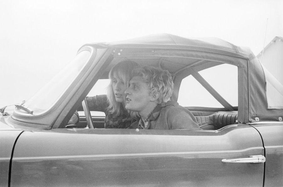 Le chanteur Christophe et la véritable Aline qui a inspiré la chanson du même nom, sur la plage deJuan-les-Pins en septembre 1965.