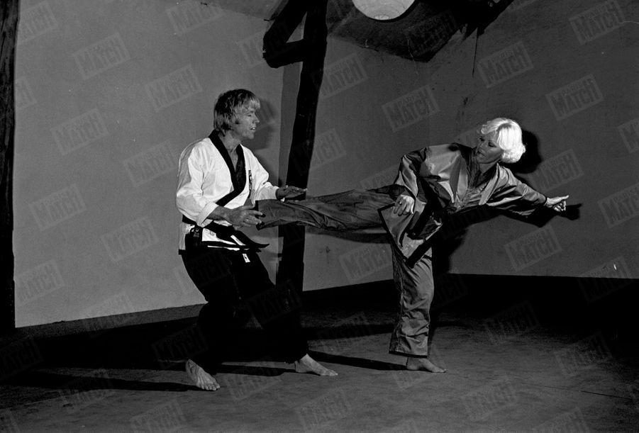 Chuck Norris lors d'une démonstration de karaté avec son épouse Dianne, à Paris en novembre 1976.