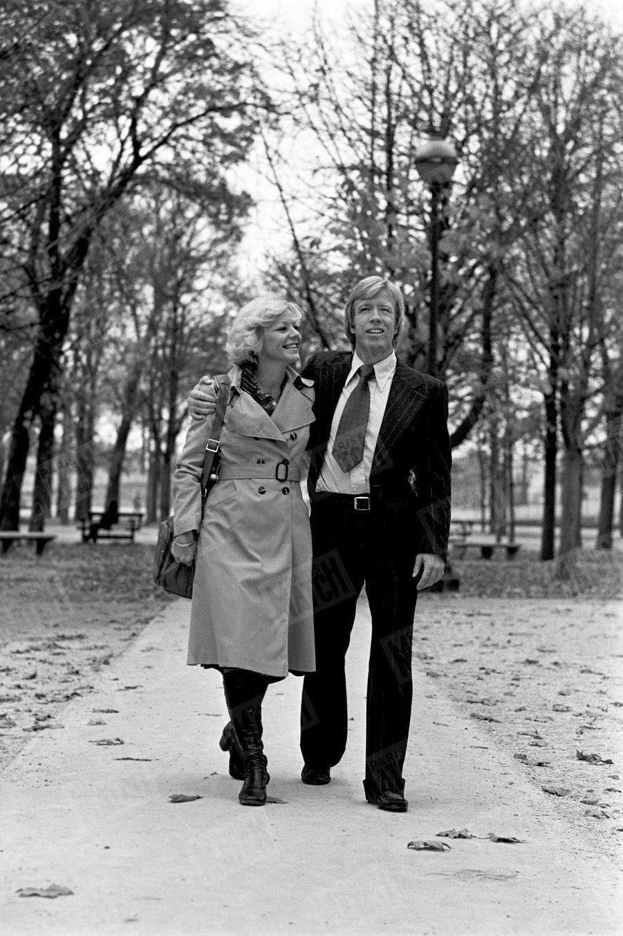 Chuck Norris avec son épouse Dianne dans le jardin des Tuileries, en novembre 1976.
