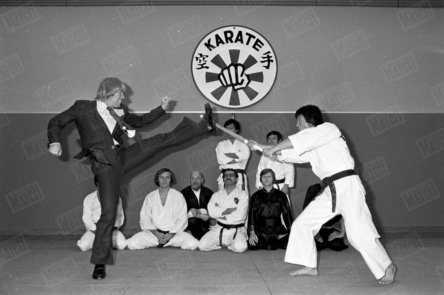 Chuck Norris lors d'une démonstration de karaté, à Paris en novembre 1976.