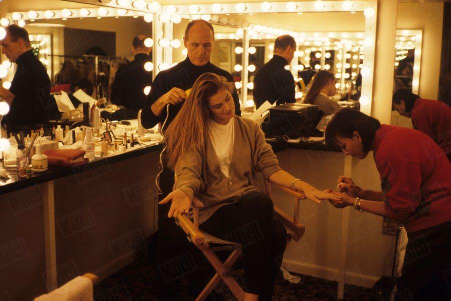 « Cindy Crawford dans sa loge pendant le tournage vidéo d'une publicité pour Revlon. Le géant américain des cosmétiques l'a choisie pour symboliser sa marque. »-Paris Match n°2116, 14 décembre 1989.
