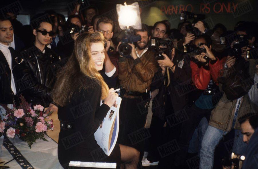 « Sa première apparition publique lors de la séance de dédicace de son calendrier, à la librairie Doubleday de New York, a failli tourner à l'émeute. Ses fans, les bras chargés de fleurs, se sont arraché sa signature, son sourire, son regard envoûtant… » -Paris Match n°2116, 14 décembre 1989.