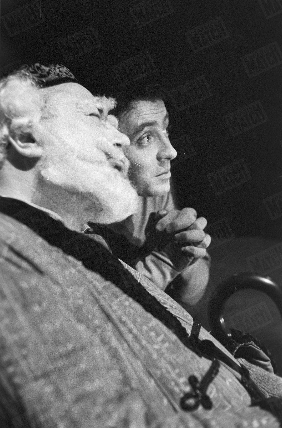 """Pierre et Claude Brasseur, lors des répétitions de la pièce """"Un ange passe"""" (écrite et mise en scène par Pierre Brasseur et interprétée par lui même et son fils Claude) au théâtre Les Célestins à Lyon, en janvier 1960."""