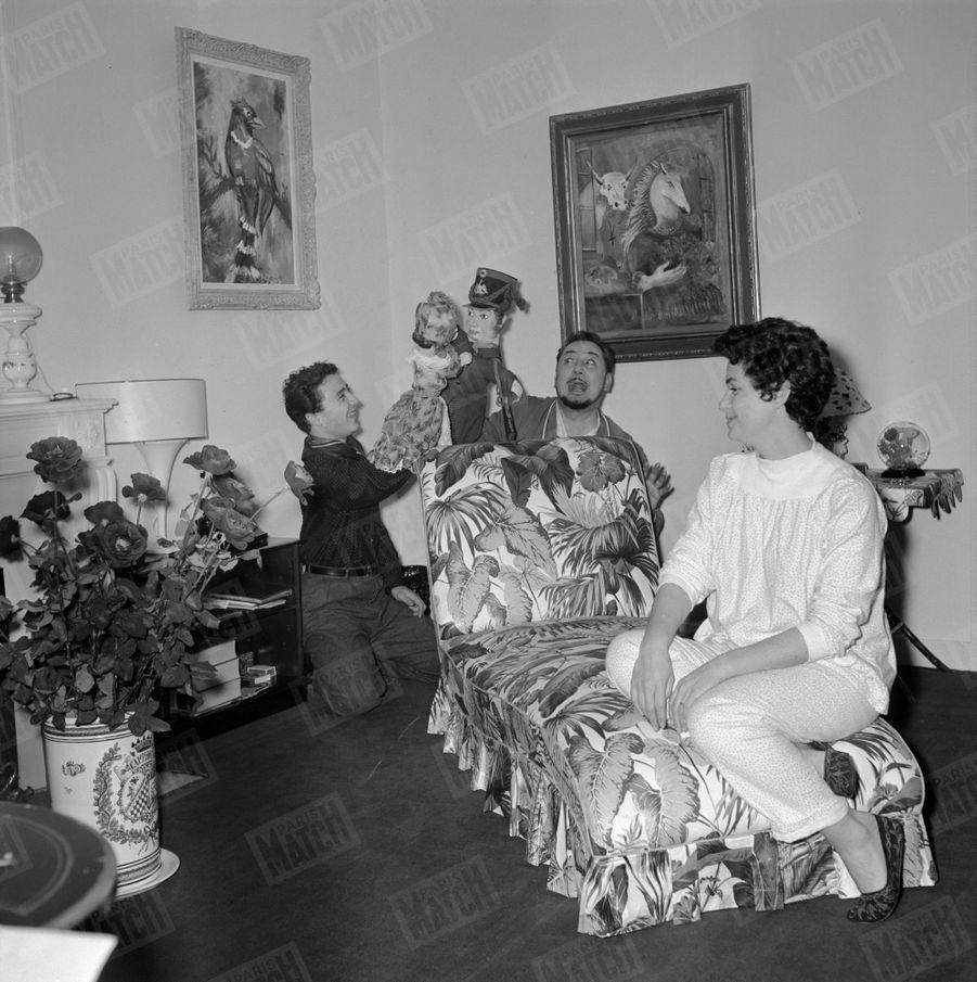 """Pierre Brasseur joue """"Ornifle ou le courant d'air"""" à la Comédie des Champs-Elysées, où son fils Claude lui rend visite, en novembre 1955. À droite, la pianiste Lisa Magrini,seconde épouse de Pierre Brasseur."""