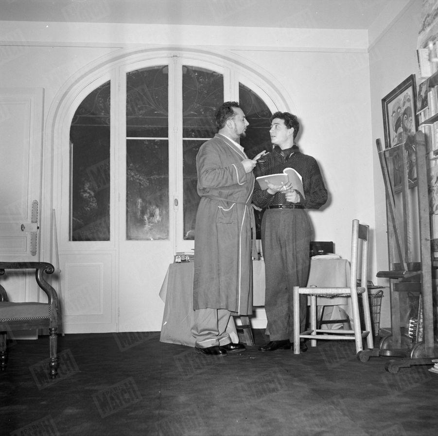 """Pierre Brasseur joue """"Ornifle ou le courant d'air"""" à la Comédie des Champs-Elysées, où son fils Claude lui rend visite, en novembre 1955."""