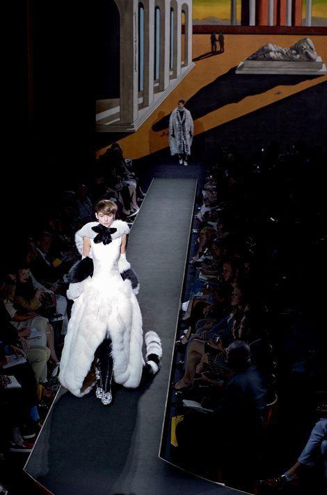 Telle une apparition, elle glisse en soie et fourrure de renard sur fond de reproduction d'une œuvre du peintre italien Giorgio De Chirico. Avec « Silver Moon », la toute première collection haute fourrure de l'histoire de la mode, Karl Lagerfeld célèbre ses cinquante ans de direction artistique pour cette grande maison romaine.