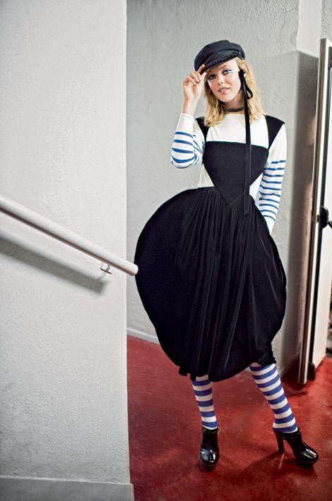 Le trublion se met, le temps d'une collection, à la mode de Bretagne. Dans les coulisses du show, sa Bécassine nous salue bien. Malicieuse, elle fait bouffer une robe-tablier de velours et cuir noir, soulignée d'un body de jersey blanc à manches rayées matelot. Les gars de la marine n'ont qu'à bien se tenir.