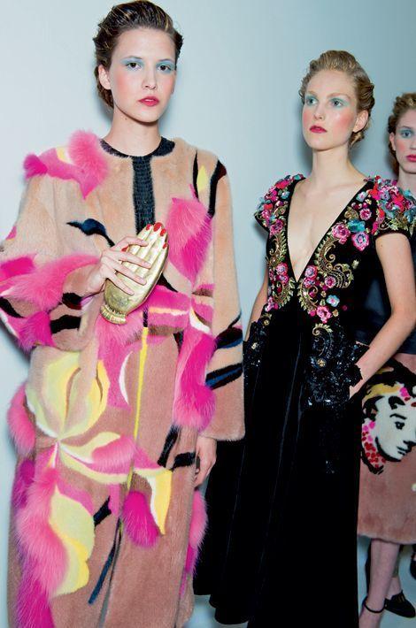 « La femme en fleur » et son manteau patchwork en vison et renard, assorti d'une pochette audacieuse et « La vie est si courte », en robe de velours de soie brodée. Bertrand Guyon, le nouveau directeur artistique de la marque, signe cette collection baptisée « Le théâtre d'Elsa ».