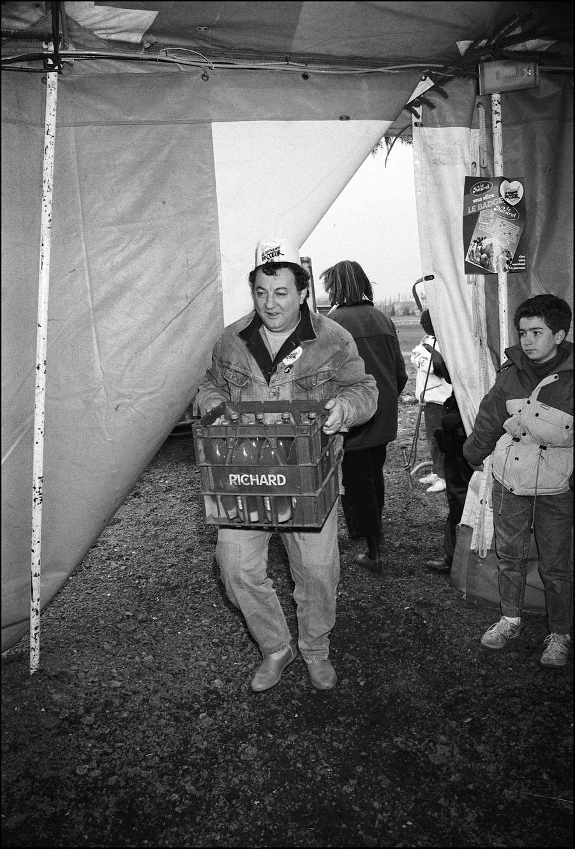 Coluche ouvre les Restos du Coeur de Gennevilliers, en décembre 1985.