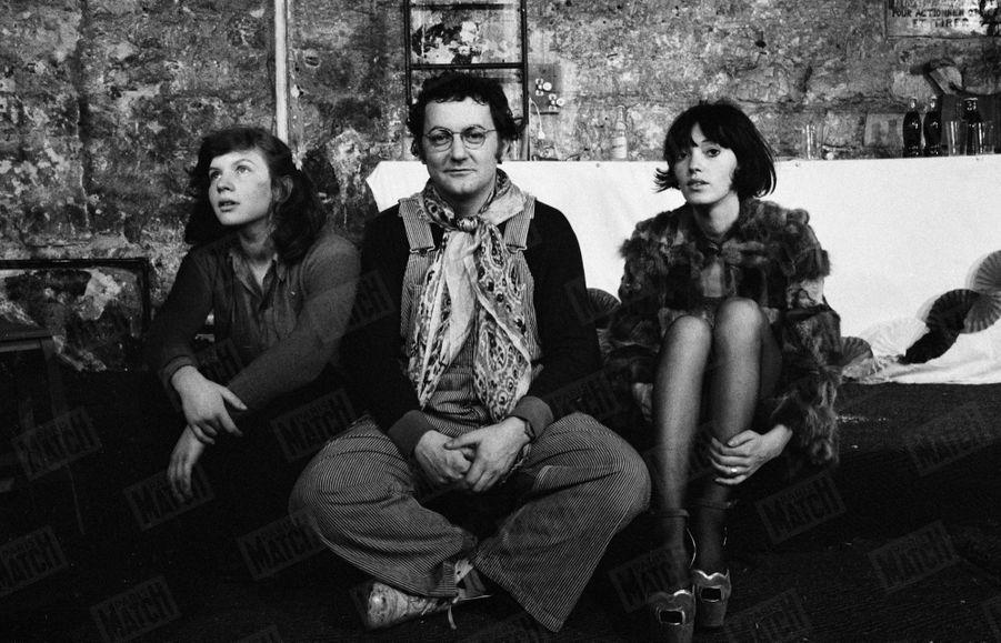 """Coluche lors des répétitions de sa pièce """"Ginette Lacaze 1960"""" au Vrai Chic Parisien - Théâtre Vulgaire, en décembre 1972."""