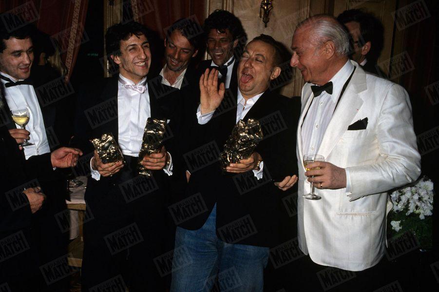 Coluche aux côtés de Richard Anconina pour célébrer la victoire de «Tchao Pantin» à la 9e édition des César, en 1984.