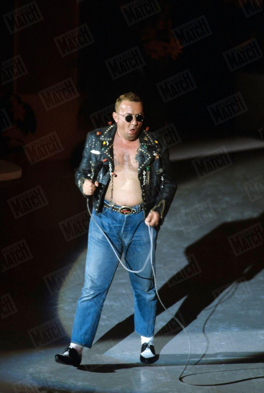 Coluche sur scène, lors de la 9e édition des César, en 1984.