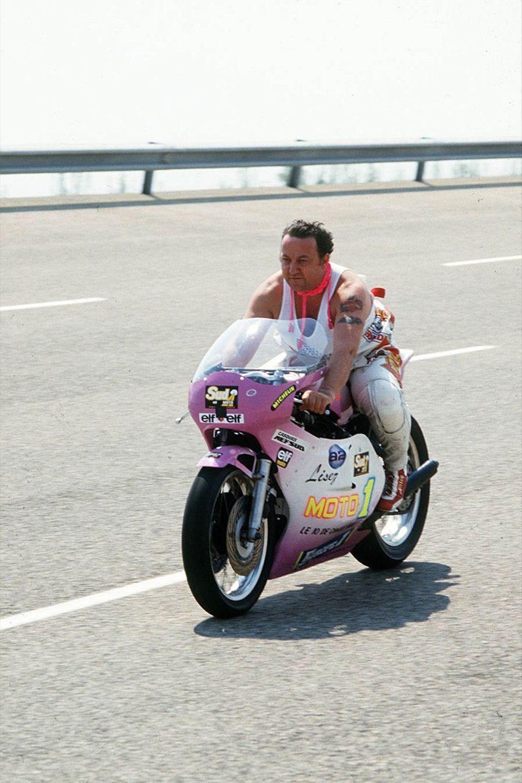 Coluche, le 29 septembre 1985, bat le record du monde de vitesse à moto au kilomètre lancé sur piste -252 km/h- à Nardò, dans la région des Pouilles, en Italie.