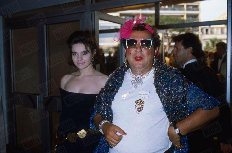 Coluche en compagnie de Béatrice Dalle au 39e Festival de Cannes, le 11 mai 1986. Cinq semaines avant sa mort.