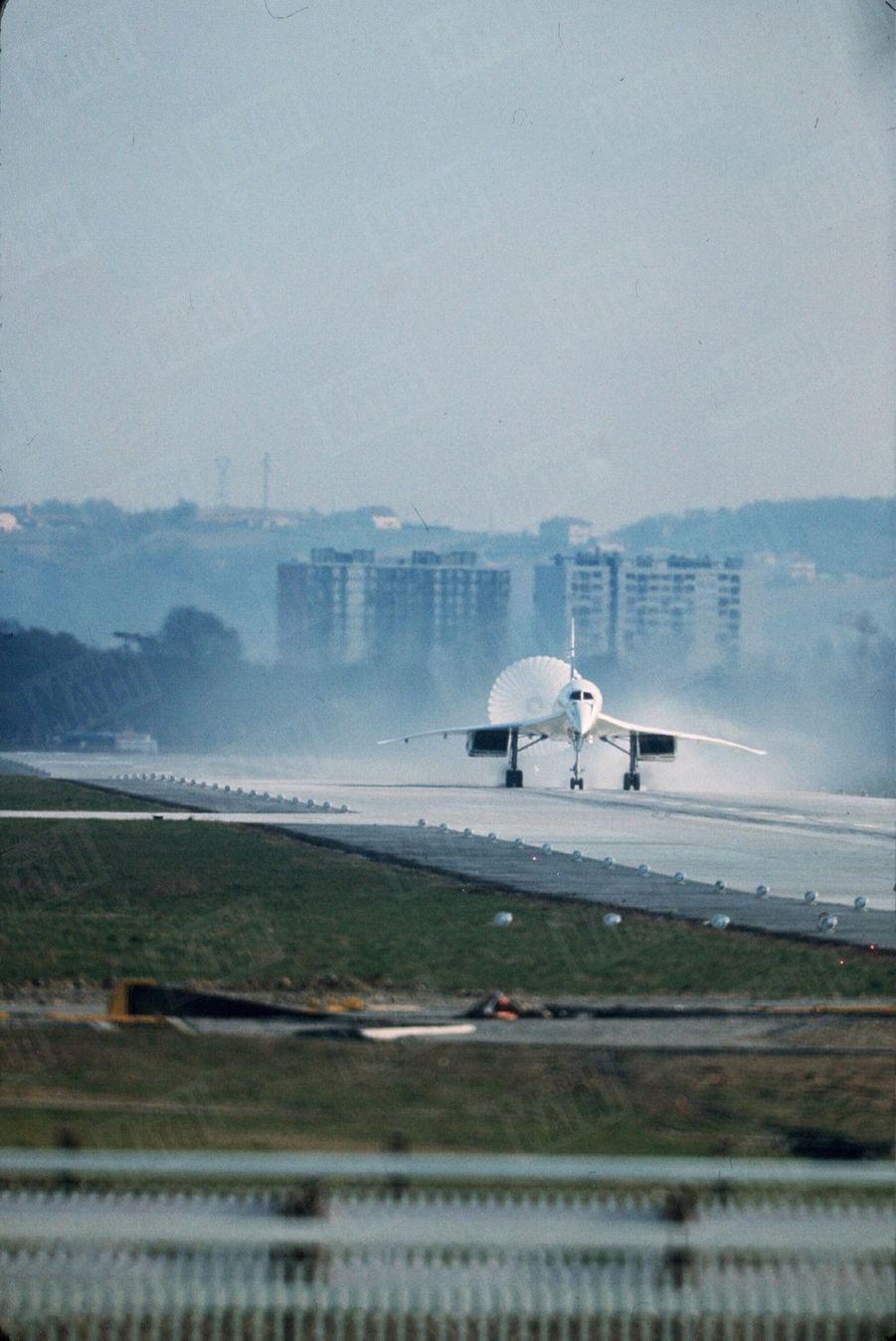 """""""16h10, double nuage de poussière, « Concorde » retrouve le sol.Le parachute de queue s'ouvre pour le freiner. Il roule 1500 mètres.""""-Paris Match n°1035, 8 mars 1969"""