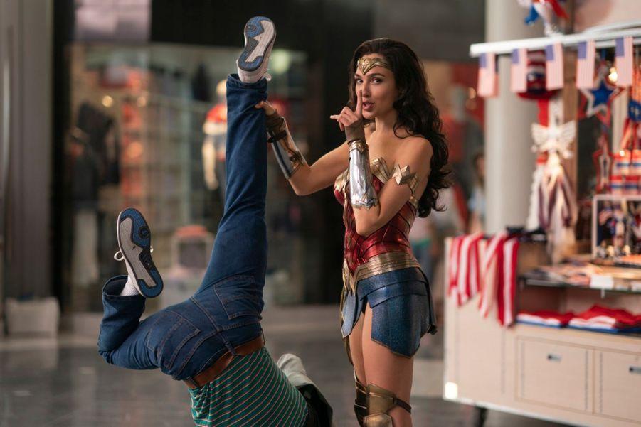 """""""Wonder Woman 1984""""réalisé par Patty Jenkins avec Gal Gadot et Chris Pine,dont la sortieétaitprévuele 5 juin, a été repoussé au 12 août 2020."""