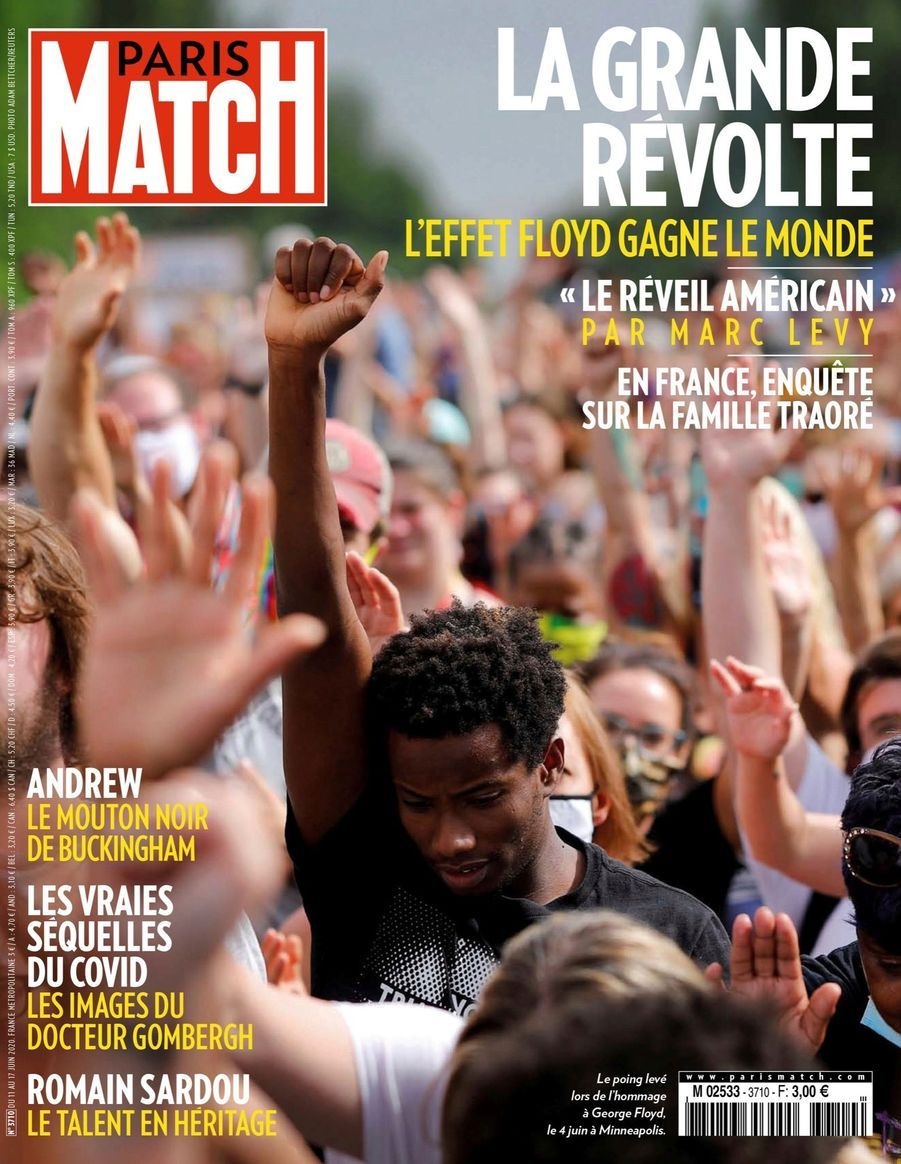 Le grand révolte : Le poing levé lors de l'hommage à George Floyd, à Minneapolis - Paris Match n°3710, 11 juin 2020