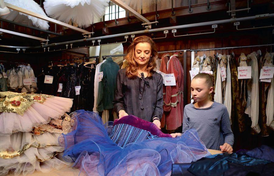 Le « central », où sont descendus tous les costumes du spectacle. Agnès montre celui qu'elle a dessiné pour le ballet de José Martinez, « Les enfants du paradis ».