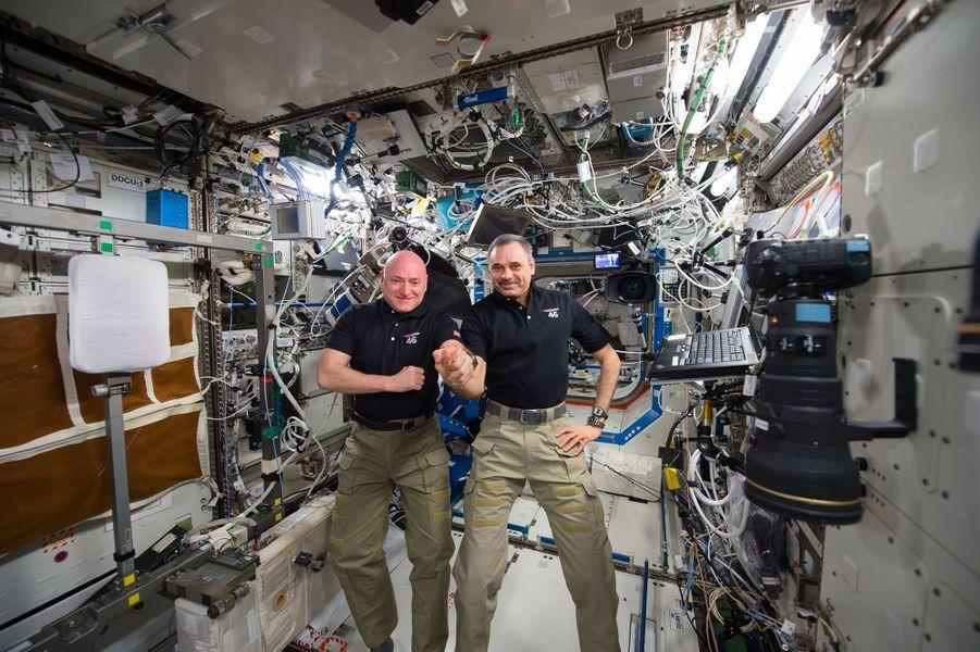 Scott Kelly (gauche) et le cosmonaute russe Mikhail Kornienko