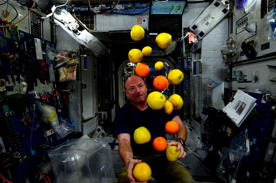 Scott Kelly jongle en apesanteur