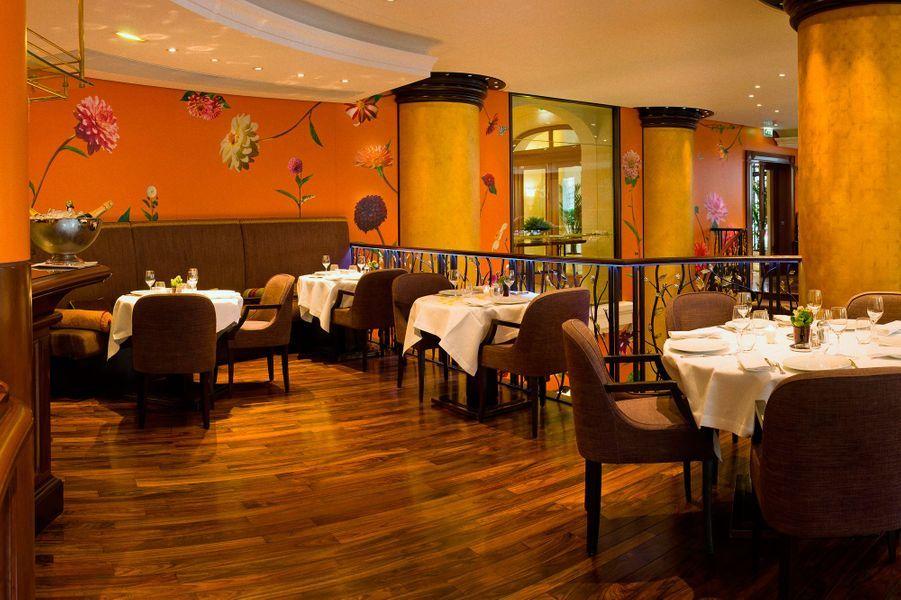 Brasserie luxueuse du 114 Faubourg, décorée d'un papier peint réalisé à partir à partir de photos de dahlia sur aluminium, conjointement par l...