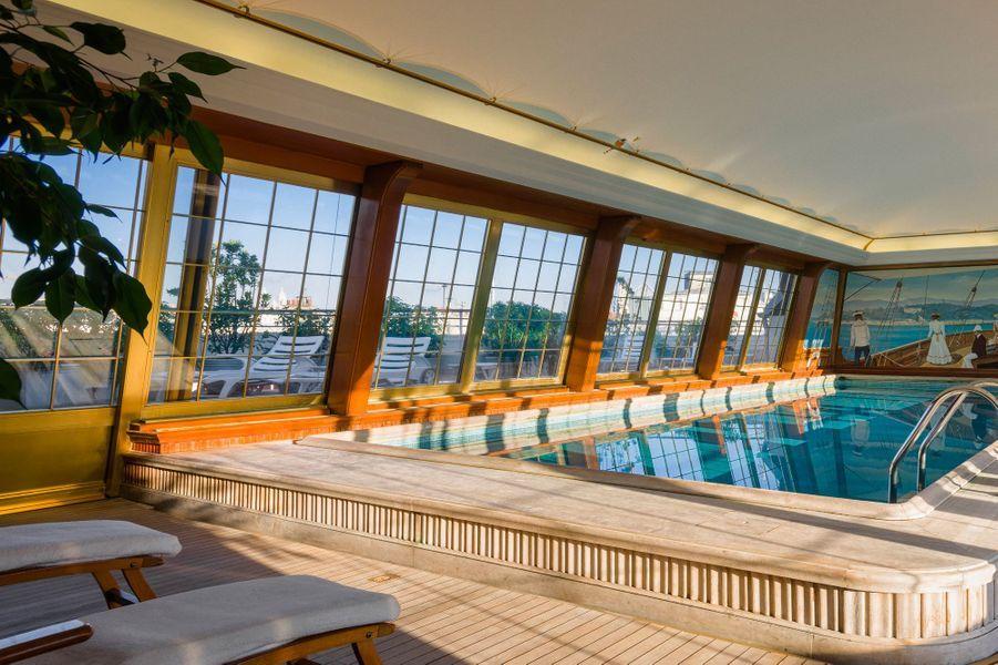 La piscine au 6e étage domine tout Paris
