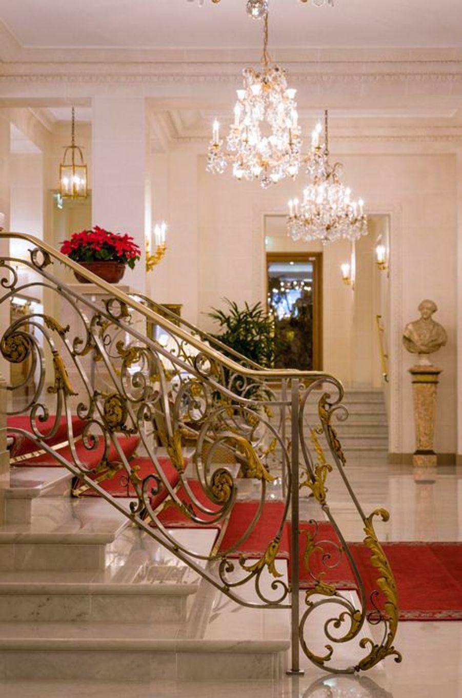 Rampe des marches de l'escalier du lobby