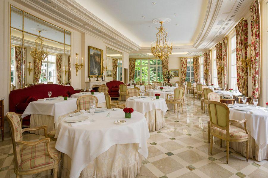 """Salle du restaurant triplement étoilé """"L'Epicure"""", donnant sur le jardin"""