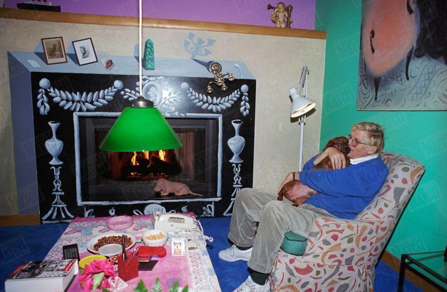 """""""Dans son salon, David Hockney près de la cheminée dont il a peint le manteau en trompe l'oeil."""" - Paris Match n°2335, 24 février 1994"""
