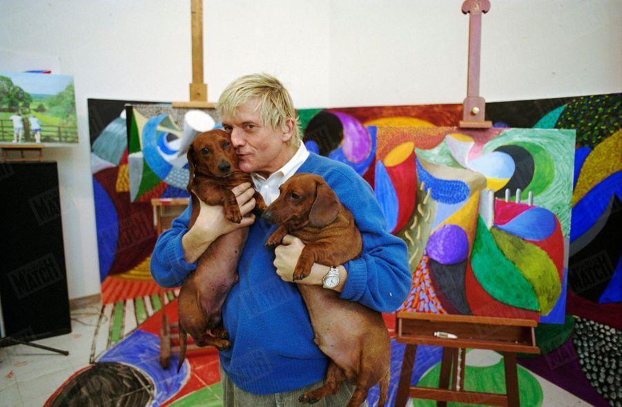"""""""David Hockney avec ses deux dachshunds, Stanley et Boodgie, dans son atelierde Los Angeles."""" - Paris Match n°2335, 24 février 1994"""