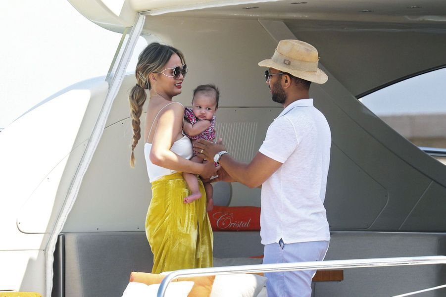 A peine trois mois et demi après sa naissance, la petite Luna vogue déjà sur les eaux tropéziennes en compagnie de ses parents, John Legend et C...
