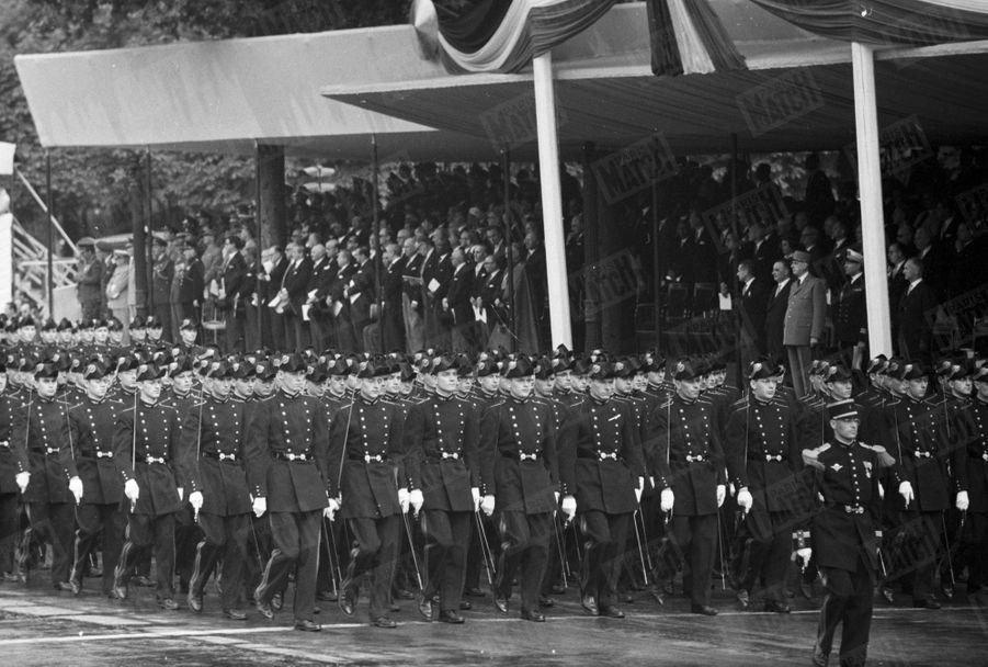 14 juillet sur les Champs-Elysées, les Polytechniciens défilent devant le président Charles de Gaulle. 1962.