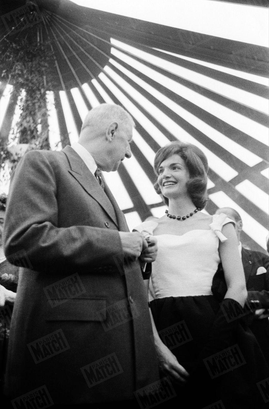 Le président Charles de Gaulle en voyage officiel aux Etats-Unis, et Jackie Kennedy. 28 avril 1960.