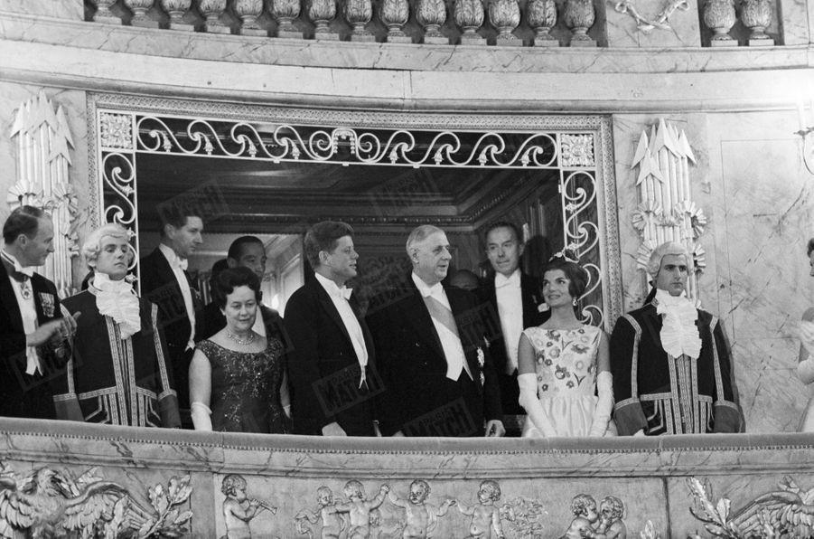 John Kennedy et son épouse Jackie avec le Général de Gaulle et son épouse Yvonne à l'Opéra du château de Versailles. 1961.