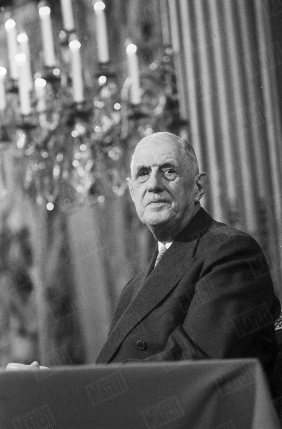 Le président Charles de Gaulle au Palais de l'Elysée. 1967.