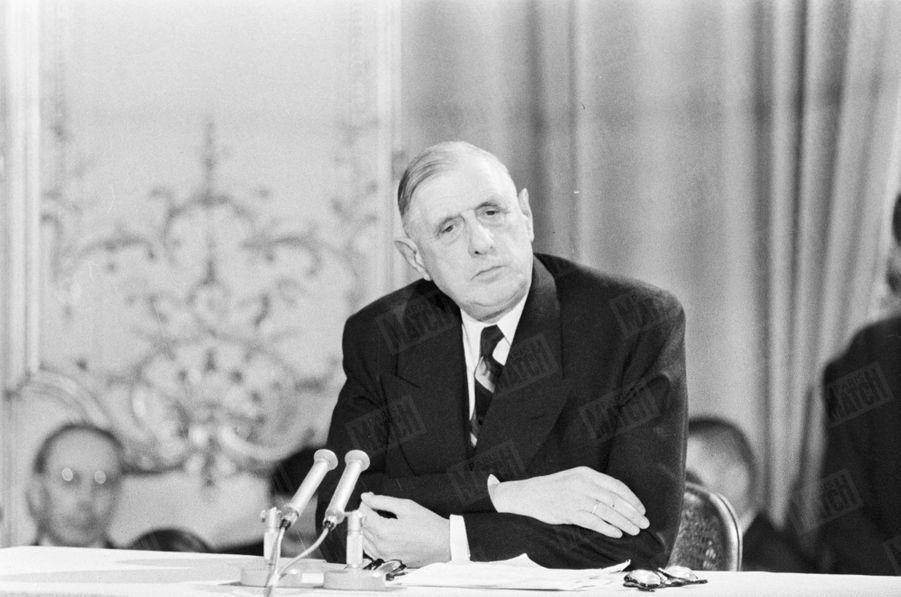 A l'hôtel Matignon, le Général de Gaulle lors d'une conférence de presse sur l'Algérie. 23 octobre 1958.