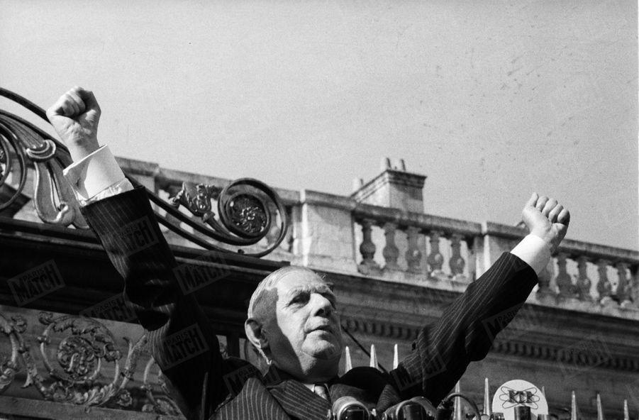 A Nantes, le président de la République Charles de Gaulle prononce un discours devant les micros de la RTF. Juin 1960.