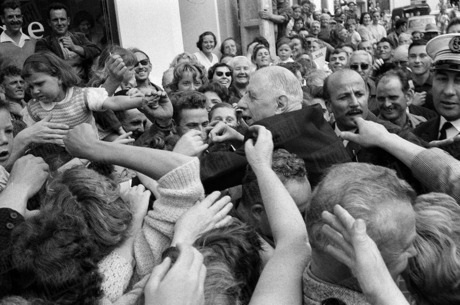 A Saint-Plestin, bain de foule pour le président Charles de Gaulle. Juin 1960.