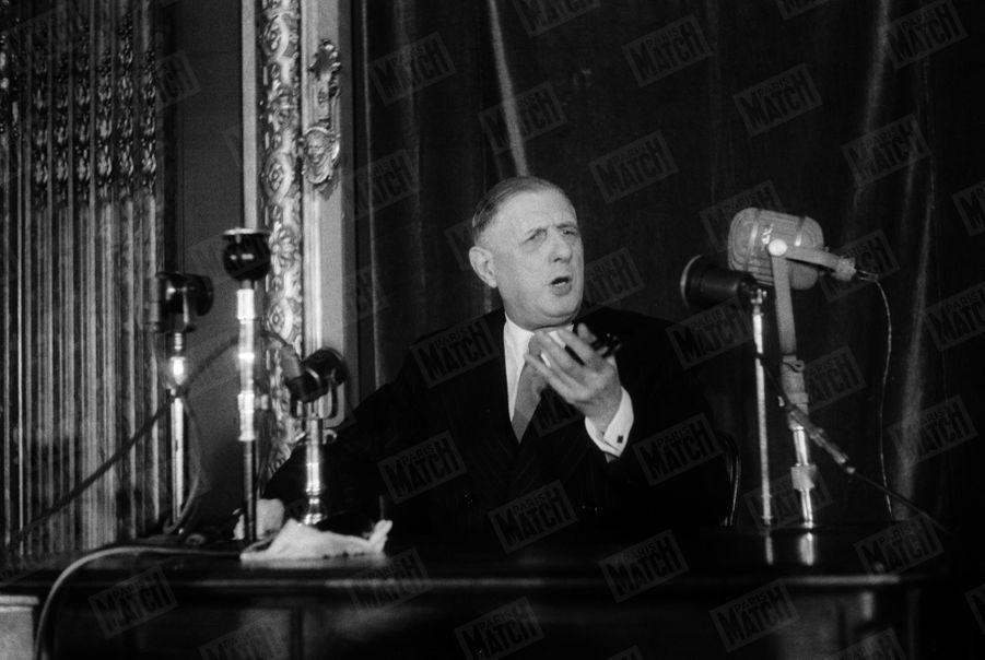 Le Général de Gaulle lors d'une conférence de presse à l'Hôtel Continental. 30 juin 1955.