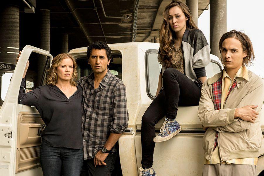 """Alors que la chaîne OCS diffuse en France la série «The Walking Dead», c'est Canal+ Séries qui a récupéré la diffusion de son spin-off«Fear The Walking Dead». La chaîne a annoncé que le premier épisode de la série sera diffusée en simultanée avec les Etats-Unis et la chaîne AMC dans la nuit du 23 au 24 août 2015. Les épisodes seront disponibles sur Canal+ à la demande dès leur diffusion. La série sera également proposée le mardi à 21h35 sur Canal+ Séries.Une annonce qui tombe à pic pour les fans qui attendent avec impatience la série dérivée. Récemment, Robert Kirkman et Dave Erickson ont enchaîné les déclarations à propos du prequel. Denombreuses bandes-annonces et informationsont été dévoilées. La plus récente, le synopsis officiel : «Appartenant au même univers que """"The Walking Dead"""", """"Fear the Walking Dead"""" est un drame brutal qui explore les débuts d'une apocalypse de morts-vivants à travers le regard d'une famille recomposée. La série prend place dans une ville où les gens viennent pour s'échapper, protéger leurs secrets et enterrer leur passé mais une épidémie mystérieuse menace de briser l'équilibre que la conseillère d'éducation Madison Clark et le professeur d'anglais Travis Manawa ont réussi à établir. Les secrets vont éclater au grand jour tandis que l'équilibre des familles et de la Terre elle-même s'apprête à basculer».«La pression quotidienne de lier deux familles tout en gérant des adolescents rancuniers, rêveurs et stressés disparaît cependant quand la société s'effondre. Une évolution forcée où seul le mieux adapté survit et où notre famille dysfonctionnelle doit choisir entre se réinventer ou vivre avec son passé», peut-on encore lire surle site d'AMC. L'occasion pour Paris Match de vous présenter les personnages qui vont devoir faire face à l'inconnu et à la mort (mais pas tout à fait)."""