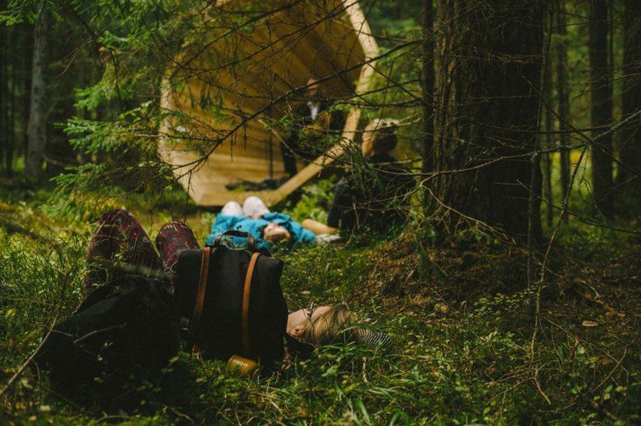 Les promeneurs écoutent les bruits de la forêt.