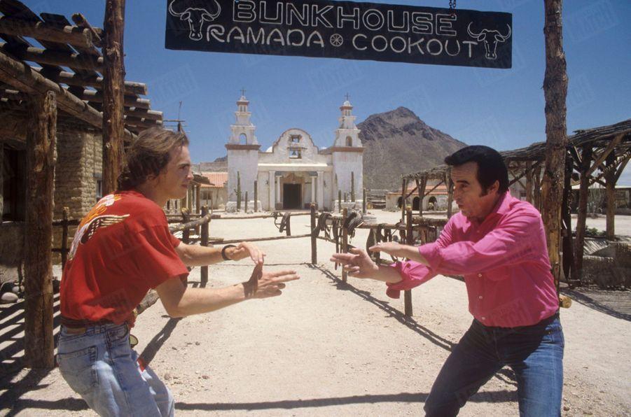 Dick Rivers avec son fils Pascal près de Tucson, en Arizona, aux Etats-Unis,en juillet 1987.