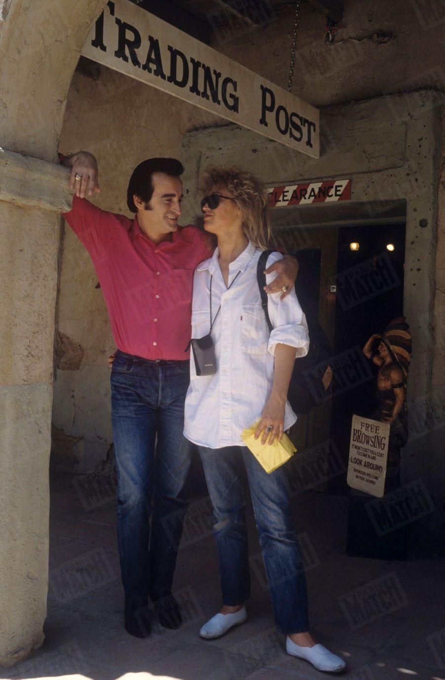 Dick Rivers avecsa compagne Babette près de Tucson, en Arizona, aux Etats-Unis,en juillet 1987.