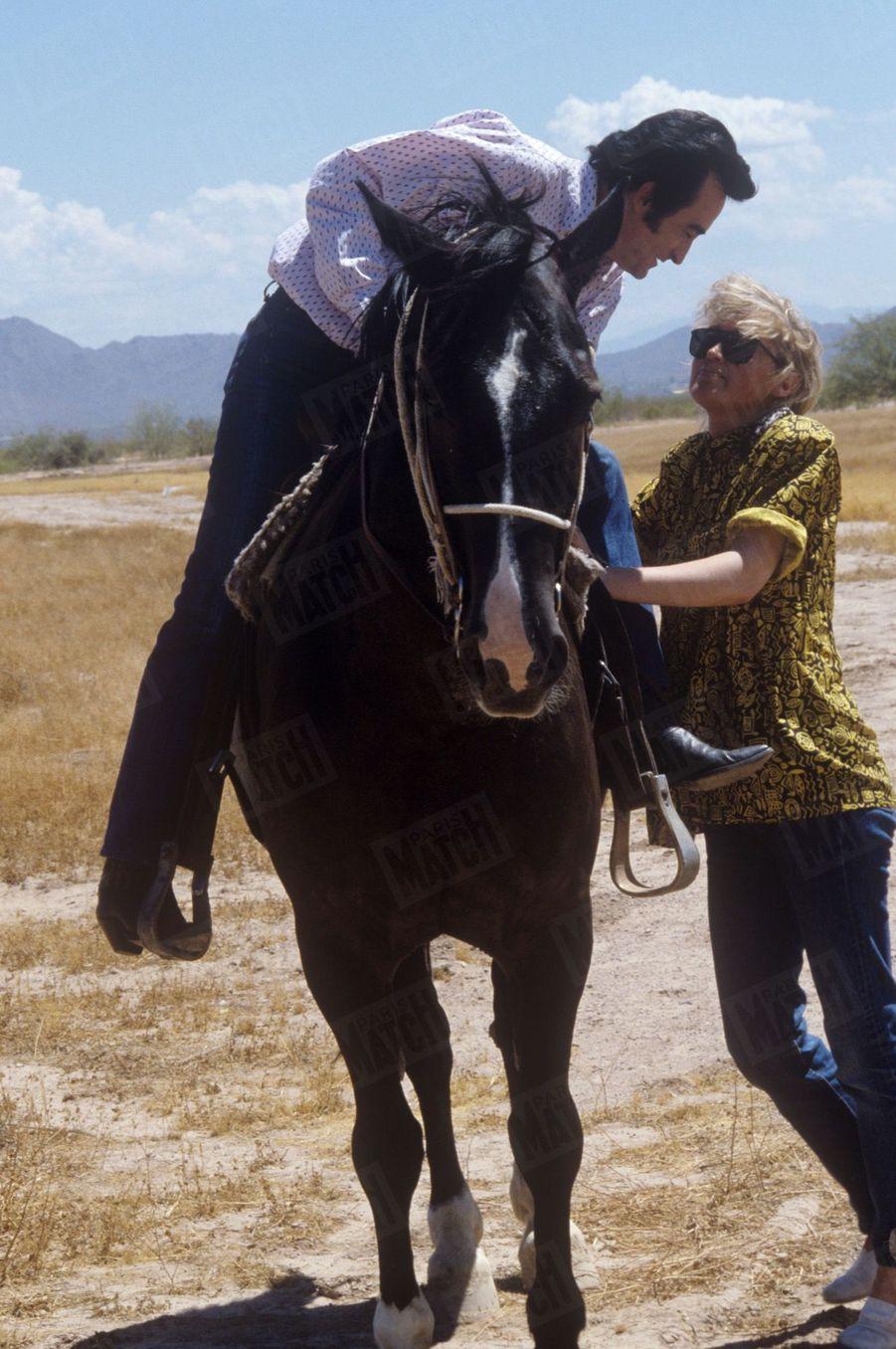 Dick Rivers avecsa compagne Babette près de Phoenix, en Arizona, aux Etats-Unis,en juillet 1987.