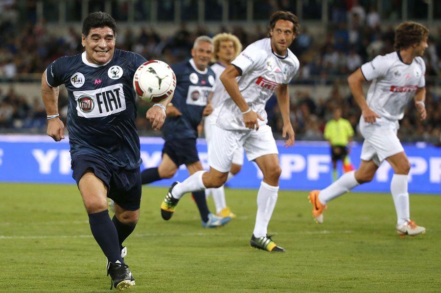 Diego Maradona en pleine action lors du «Match pour la paix», à Rome, organisé à l'initiative du pape.