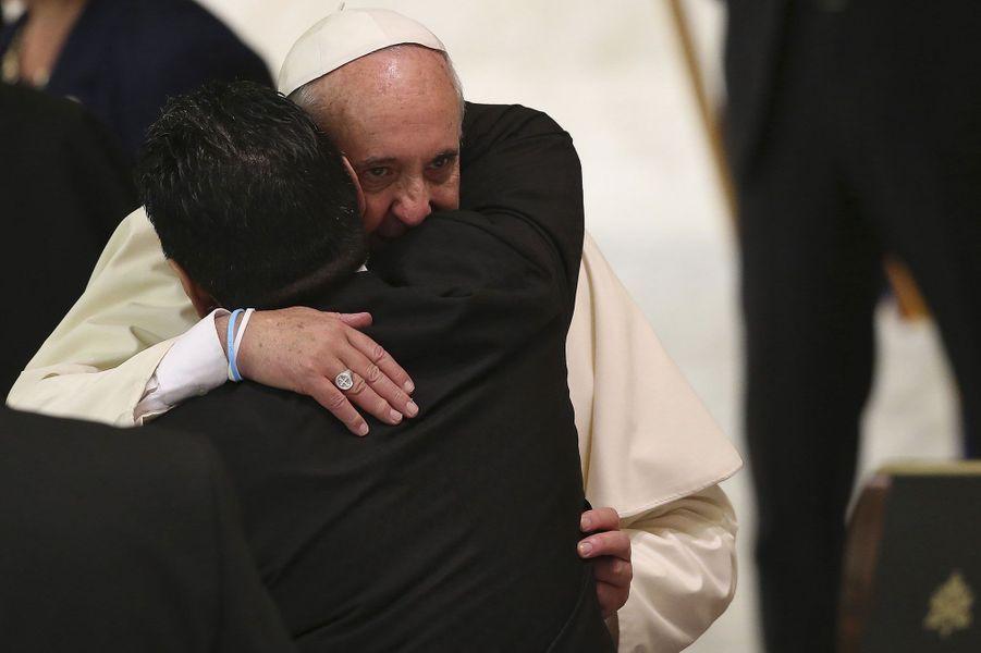 Longue étreinte entre Diego Maradona et le pape François.