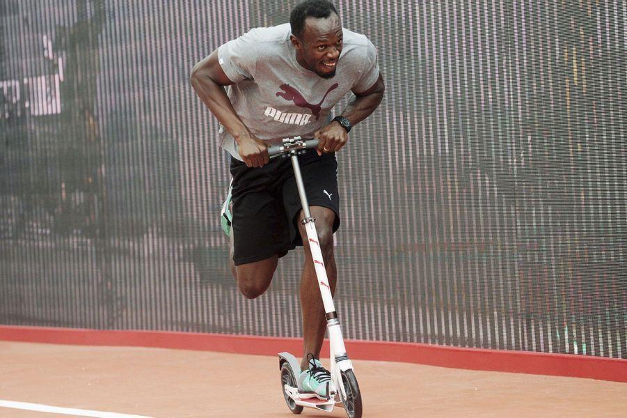 Usain Bolt retourne en enfance lors d'un évènement promotionnel organisé par un de ses sponsors.